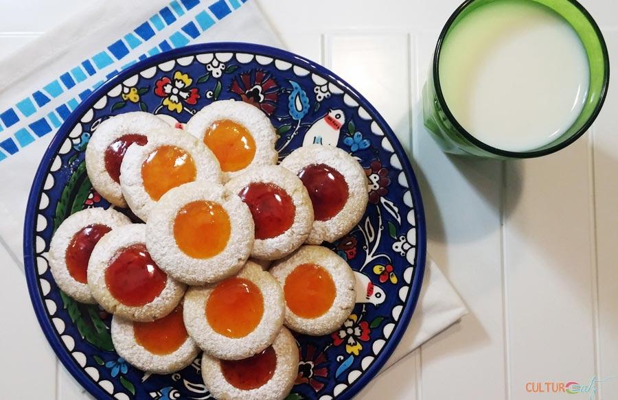 Husarenkrapferl cookies with milk
